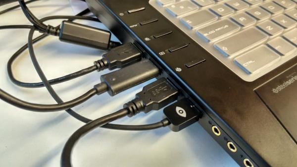 Tinglado correspondiente a las Oculus DK2. en el modelo comercial la cosa se ha reducido a 3 USB en la versión con 2 sensores.